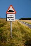 Sinal de estrada do cruzamento do tanque Imagem de Stock Royalty Free