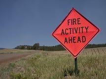 Sinal de estrada do incêndio violento fotografia de stock