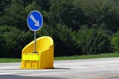 Sinal de estrada do obstáculo com amortecedor amarelo Fotografia de Stock Royalty Free