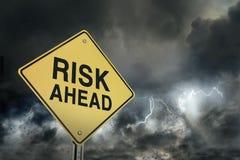 Sinal de estrada dos riscos adiante Imagens de Stock