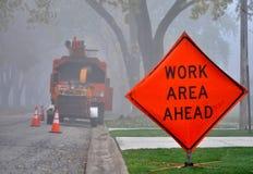Sinal de estrada e veículo do serviço na manhã nevoenta Imagens de Stock