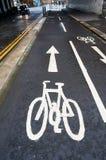 Sinal de estrada em um trajeto típico do ciclo no Reino Unido imagens de stock royalty free