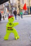 Sinal de estrada lento do homem plástico que guarda a bandeira vermelha Fotografia de Stock Royalty Free