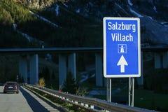 Sinal de estrada na estrada em Áustria Fotos de Stock