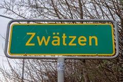 Sinal de estrada para a entrada de Zwaetzen, um distrito de Jena imagens de stock royalty free
