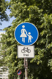 Sinal de estrada pedestre Imagem de Stock Royalty Free
