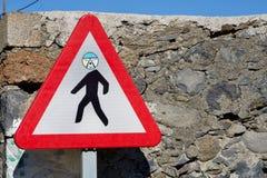 Sinal de estrada pedestre da atenção engraçada Imagens de Stock