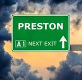 Sinal de estrada de PRESTON contra o c?u azul claro imagem de stock