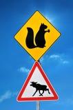 Sinal de estrada que adverte sobre os animais na estrada Foto de Stock Royalty Free