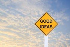 Sinal de estrada que indica boas ideias no fundo borrado do céu Imagens de Stock Royalty Free