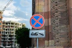 Sinal de estrada que proibe a parada dos ve?culos fotografia de stock royalty free