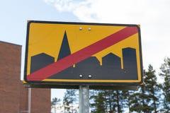 Sinal de estrada que sae da cidade Foto de Stock