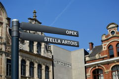 Sinal de estrada a Stella Artois e a Opek Imagem de Stock Royalty Free