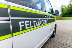 Sinal de Feldjaeger em um carro militar Foto de Stock