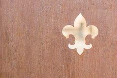 Sinal de fleur de iys da brasão no fundo de madeira rústico imagem de stock royalty free