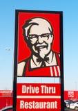 Sinal de Kentucky Fried Chicken Drive Thru Restaurant com coronel Sanders fotos de stock