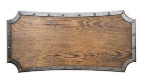 Sinal de madeira com quadro do metal na corrente isolada sobre Imagens de Stock Royalty Free