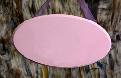 Sinal de madeira cor-de-rosa da loja que pendura com espaço da cópia Fotos de Stock