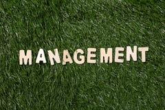 Sinal de madeira da gestão na grama Fotos de Stock Royalty Free