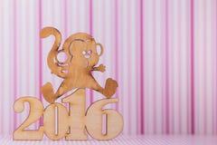Sinal de madeira do macaco e da inscrição de 2016 anos na tira cor-de-rosa Imagens de Stock Royalty Free