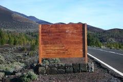 Sinal de madeira em branco ao lado da estrada Fotos de Stock Royalty Free