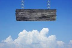 Sinal de madeira em nuvens no fundo do céu azul Fotografia de Stock Royalty Free