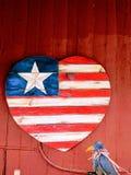 Sinal de madeira feito a mão do coração da bandeira americana fotos de stock