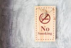 Sinal de madeira não fumadores Fotografia de Stock Royalty Free
