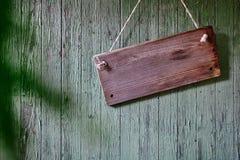 Sinal de madeira na parede do celeiro do vintage imagens de stock