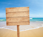 Sinal de madeira na praia do mar Imagem de Stock Royalty Free