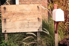 Sinal de madeira para palavras na caixa branca branca do cargo da letra do vintage do fundo da casa da natureza ilustração stock