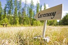 Sinal de madeira que aponta para uma cerimônia de casamento Imagens de Stock