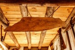 Sinal de madeira que pendura em um telhado de madeira Imagem de Stock Royalty Free