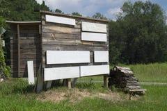 Sinal de madeira rústico vazio na estrada secundária fotografia de stock royalty free