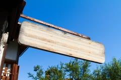 Sinal de madeira vazio perto da casa Foto de Stock
