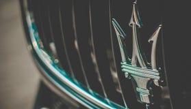 Sinal de Maserati, opinião de amortecedor dianteiro, foto tomada em uma expo do carro Fotografia de Stock