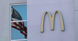 Sinal de McDonalds e bandeira americana video estoque