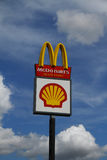 Sinal de McDonalds e de escudo Foto de Stock