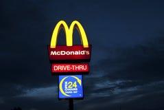 Sinal de McDonalds na noite Fotos de Stock