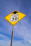 sinal de 30 mph adiante Fotografia de Stock Royalty Free