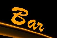 Sinal de néon amarelo com a palavra BARRA em um fundo preto, close-up foto de stock royalty free