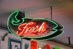 Sinal de néon de peixes frescos imagem de stock