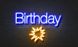 Sinal de néon do aniversário no fundo da parede de tijolo Fotografia de Stock Royalty Free