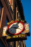 Sinal de néon do centro de Nashville com uma sombra de uma cidade Tennessee da música da guitarra fotografia de stock royalty free