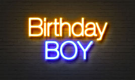 Sinal de néon do menino do aniversário no fundo da parede de tijolo Foto de Stock