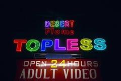 Sinal de néon em topless que anuncia um clube de strip-tease Imagem de Stock Royalty Free