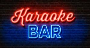 Sinal de néon em uma parede de tijolo - barra do karaoke Imagens de Stock