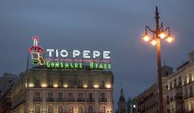 Sinal de néon famoso de Tio Pepe em Madrid fotos de stock royalty free