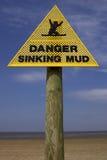 Sinal de naufrágio da lama do perigo, praia Inglaterra Reino Unido do ponto da areia Imagens de Stock
