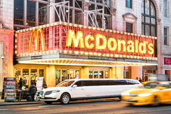 Sinal de néon iluminado da corrente Mc Donalds do hamburguer na 42nd rua em Manhattan Imagens de Stock Royalty Free
